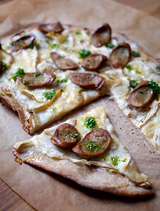 _1060037s pizza bianca med rodfrugter, gedebrie og pølse