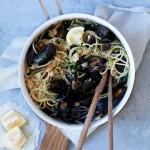 Spaghetti med muslinger og sprøde hvidløgsbrødkrummer