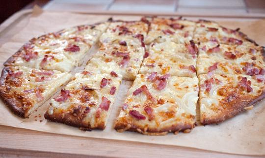 Bacon Løg Ost Creme Fraiche Det Kan Ikke Gå Galt Med En Tarte Flambée