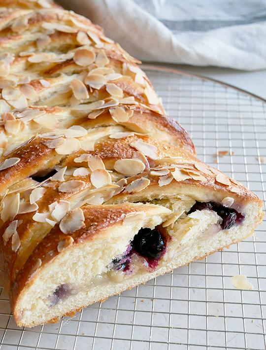 Må vi få kage nu? Kringle med æble og blåbær.